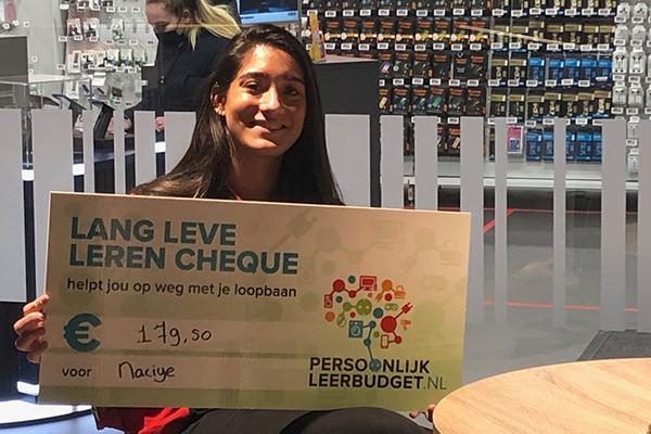Collega's verrast met cheque voor opleiding naar keuze
